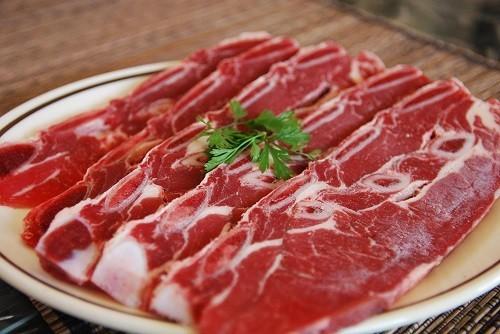 Theo nghiên cứu của Harvard School of Public Health, ăn nhiều thịt đỏ sẽ làm tăng nguy cơ phát triển bệnh ung thư đại tràng.