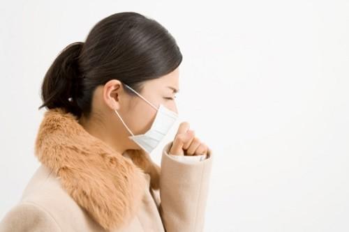 Để phòng lao phổi tái phát cần tránh nguồn lây bệnh bằng việc cách ly hoàn toàn với người mắc bệnh, sử dụng khẩu trang y tế khi tiếp xúc với người bệnh
