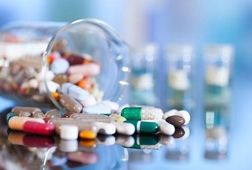 Trong nhiều trường hợp vẫn có thể dùng thuốc điều trị đau khớp háng (theo chỉ định cụ thể của bác sĩ)