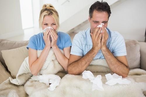 Cúm thường gây ra triệu chứng như sốt, viêm họng, chảy nước mũi, đau mỏi cơ thể...