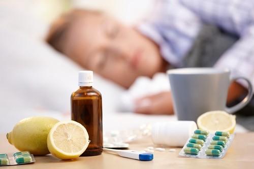 Khi xuất hiện các triệu chứng của cúm, người bệnh nên ở nhà và tránh tiếp xúc với người khác ngoại trừ các đối tượng đặc biệt cần điều trị y tế.
