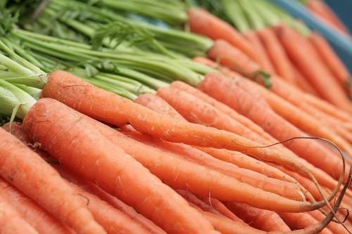 Để có được nhiều vitamin A trong chế độ ăn uống, hãy ăn các loại trái cây và rau quả có màu vàng, vàng cam như khoai lang, bí, cà rốt, xoài, dưa đỏ và mơ.