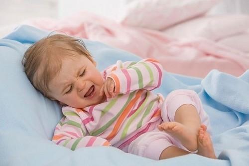 Bệnh viêm tiết niệu thường khiến trẻ khó chịu, quấy khóc, cơ thể gầy yếu
