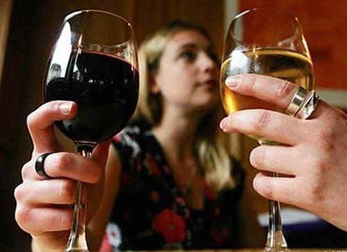 Sau mổ polyp cổ tử cung, chị em nên tránh bia, rượu, thuốc lá và thực phẩm chế biến sẵn