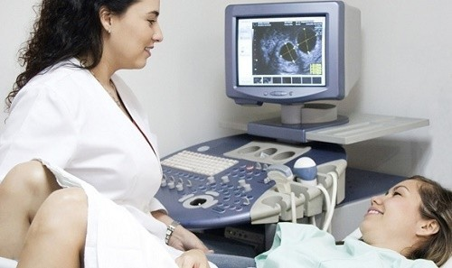 Với phụ nữ mang thai, siêu âm đầu dò được tiến hành trong giai đoạn mang thai sớm