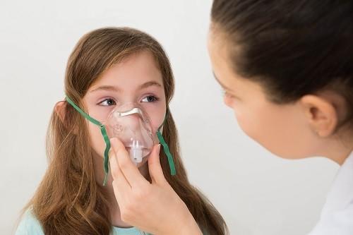 Thở khó, thở nặng nề thường đi kèm với các dấu hiệu khác của các vấn đề hô hấp như đau thắt ngực, ho, tiếng thở rít như tiếng còi...