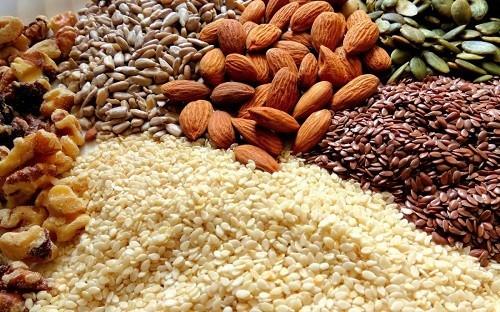 Các loại hạt thường rất giàu chất dinh dưỡng và năng lượng, giúp duy trì cân nặng của người bệnh khi bị chán ăn, sụt cân do ảnh hưởng của xơ phổi.
