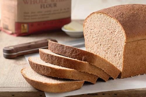 Nên lựa chọn các sản phẩm được làm từ ngũ cốc nguyên hạt thay vì các sản phẩm được tinh chế như bánh mì trắng, bánh kẹo...