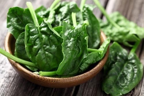 Hàm lượng nước cao trong rau bina cũng giúp tăng cường độ ẩm cho làn da.