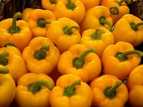Vitamin C không chỉ có nhiều trong các loại quả có múi như cam, quýt mà còn ở ớt chuông vàng và ổi.