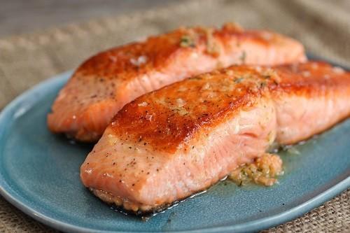Để bổ sung vitamin B6, hãy lựa chọn cá hồi tự nhiên và khoai tây màu nâu đỏ.