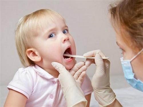Trẻ có thể mắc viêm amidan, viêm họng cấp khi thời tiết thay đổi, ảnh hưởng tới sức khỏe