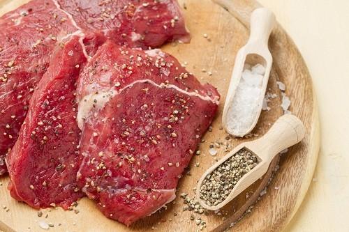 Người bị suy giảm chức năng thận nên hạn chế tiêu thụ các thực phẩm có hàm lượng protein cao như thịt, cá, trứng, sữa...