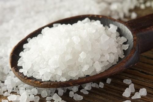Thực phẩm có chứa nhiều muối cũng nên hạn chế khi thận có vấn đề.