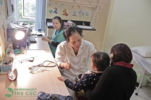 Cha mẹ cần đưa bé tới bệnh viện để bác sĩ thăm khám và tư vấn phương pháp điều trị phù hợp
