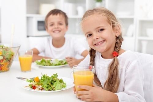 Ngoài việc tuân thủ theo phác đồ điều trị của bác sĩ, trẻ cần được bổ sung đầy đủ dinh dưỡng để cải thiện sớm bệnh