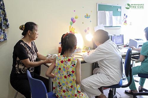 Cha mẹ cần đưa trẻ đi khám và tuân thủ theo chỉ định của bác sĩ để điều trị nhanh chóng bệnh
