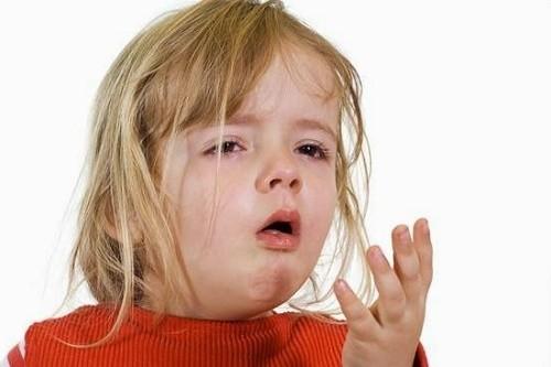 Bệnh có thể gặp ở trẻ em và người lớn với các triệu chứng như ho, khó thở, thở khò khè