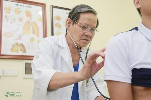 GS.TS. Trần Văn Sáng - Bệnh viện Thu Cúc đang thăm khám và điều trị bệnh về đường hô hấp cho khách hàng