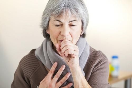 Thay đổi thời tiết khiến người cao tuổi dễ mắc các bệnh lý về đường hô hấp như viêm mũi, viêm xoang...