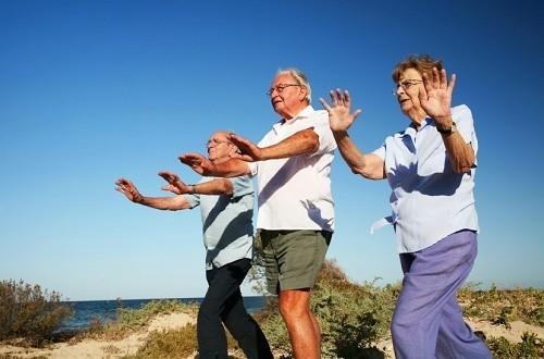 Thường xuyên tập thể dục thể thao sẽ giúp người già tăng cường sức khỏe, phòng ngừa nguy cơ mắc các bệnh về đường hô hấp