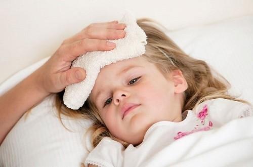 Trẻ nhỏ là đối tượng dễ bị viêm phế quản phổi với các triệu chứng sốt, ho khan, hắt hơi...