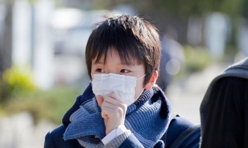 Cần giữ ấm cho cơ thể, đeo khẩu trang và mặc ấm khi ra đường để phòng ngừa viêm phổi cấp