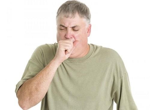 Bệnh viêm phổi sẽ khiến người bệnh ho kéo dài, có thể bị sốt hoặc đau tức ngực...