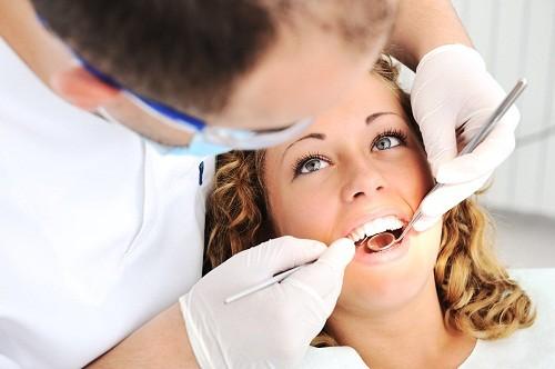 Bởi vì cao răng không thể loại bỏ bằng cách đánh răng, nên đến bệnh viện hoặc các cơ sở nha khoa uy tín để được làm sạch cao răng bằng dụng cụ đặc biệt, sau đó đánh bóng răng để làm mịn bề mặt răng và loại bỏ vết bẩn.