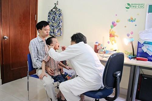 Cha mẹ cần đưa trẻ tới cơ sở y tế,. bệnh viện để được bác sĩ trực tiếp thăm khám và tư vấn cụ thể