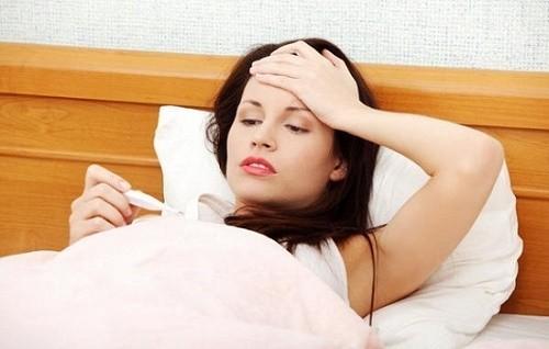 Người bệnh cũng có thể bị sốt, đau tức ngực, môi khô khi mắc bệnh phổi
