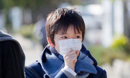 Ngoài việc tuân thủ theo phương pháp điều trị của bác sĩ, trẻ cần được giữ ấm cơ thể khi thời tiết chuyển mùa, đeo khẩu trang khi ra đường