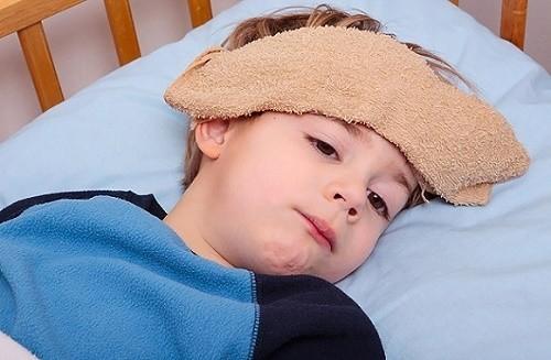 Các biểu hiện viêm phổi ở trẻ thường gặp như ho, sốt cao, rút lõm lồng ngực...