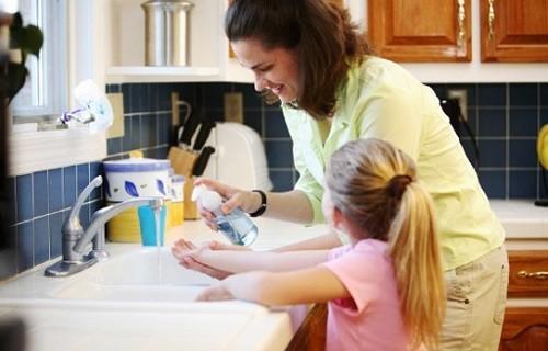 Ngay từ khi chưa mắc bệnh chúng ta cần tự bảo vệ mình, vệ sinh cá nhân, tay chân sạch sẽ...