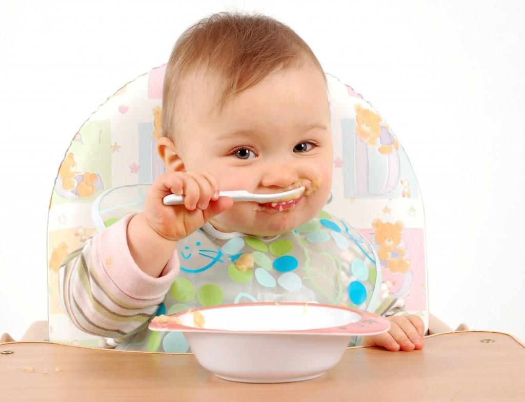 Không nên cho trẻ ăn dặm quá sớm. Trong 6 tháng đầu đời, bé phải bú sữa mẹ hoàn toàn.