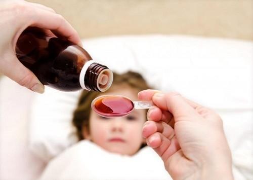 Cần tuân thủ theo đúng đơn thuốc chỉ định của bác sĩ để loại bỏ sớm bệnh viêm phổi cho trẻ