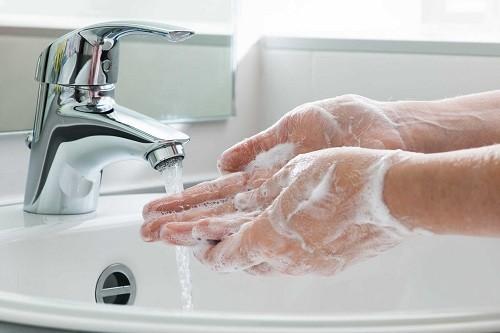 Để ngăn chặn sự lây lan của dịch bệnh, hãy rửa tay thật sạch với xà phòng và nước ấm.