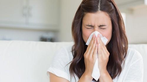 Nếu hắt hơi, nhớ lấy khăn giấy để che mũi. Che miệng hoàn toàn khi ho.