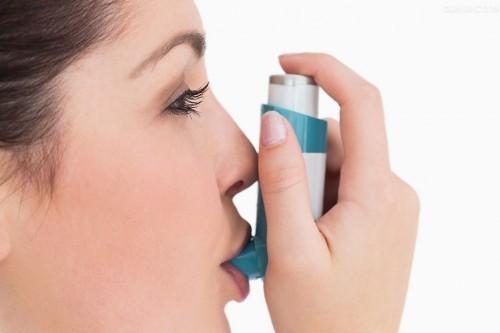 Người bệnh hen phế quản có thể dùng thuốc điều trị bệnh như thuốc chống co thắt phế quản, thuốc cắt cơn...