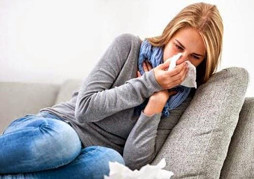 Viêm phế quản cấp thường khởi phát với các triệu chứng như sốt nhẹ, hắt hơi, sổ mũi, chảy nước mũi, đau rát họng.