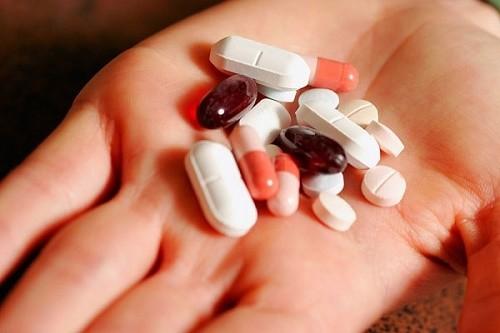 Người bệnh có thể dùng các loại thuốc hạ sốt, giảm đau, giảm ho..để điều trị viêm phế quản cấp theo chỉ định của bác sĩ