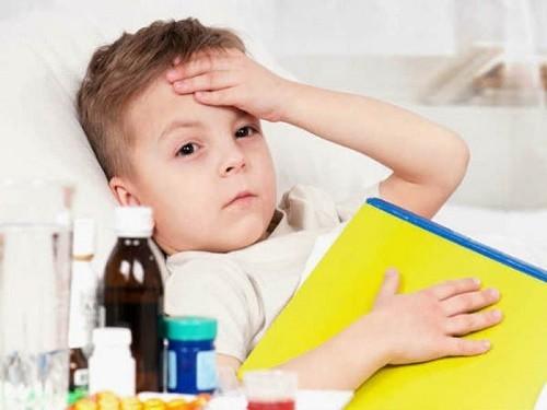 Trẻ bị viêm phế quản có thể sử dụng thuốc kháng sinh để hỗ trợ điều trị bệnh