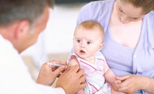 Tiêm vắc xin là cách giúp bảo vệ cơ thể trẻ khỏi những bệnh lý về hô hấp, trong đó có viêm phế quản