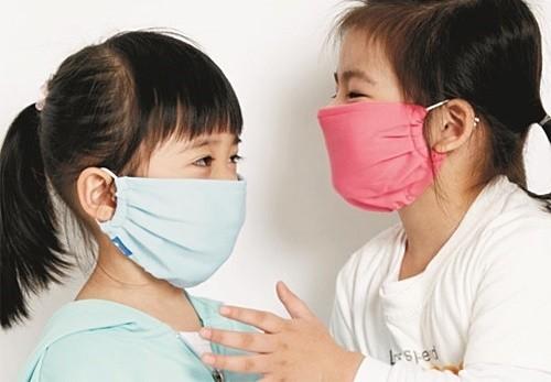 Để phòng nhiễm khuẩn hô hấp ở trẻ, trẻ cần chú ý mặc ấm khi thay đổi thời tiết và đeo khẩu trang khi ra đường