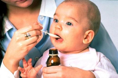 Cha mẹ cần cho bé dùng thuốc theo chỉ định của bác sĩ và giữ ấm cơ thể cho trẻ, vệ sinh mũi họng thường xuyên