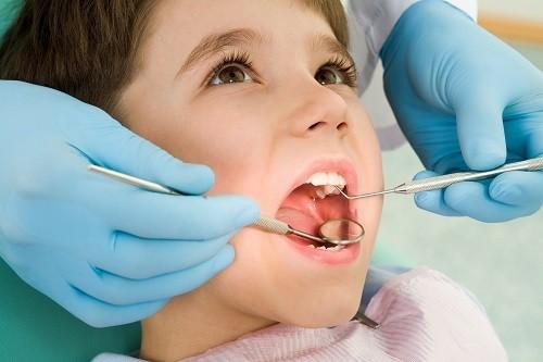 Nhổ răng sữa giúp loại bỏ răng sữa bị viêm nhiễm hoặc bị lung lay nhưng không rụng để răng vĩnh viễn mọc lên đúng vị trí cho bé hàm răng mọc đều tự nhiên.