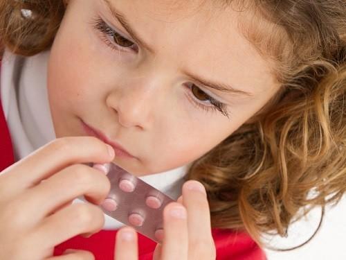 Cho bé uống thuốc giảm đau theo hướng dẫn của nha sĩ