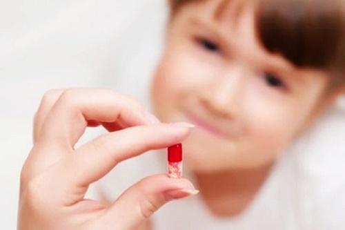 Việc dùng thuốc điều trị viêm phổi cho trẻ cũng phải tuân thủ theo chỉ định của bác sĩ