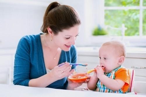 Cần đảm bảo đầy đủ dinh dưỡng cho trẻ qua chế độ ăn hàng ngày giúp ngăn ngừa nguy cơ mắc viêm phế quản