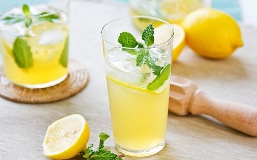 Nước chanh chứa rất ít calo và là một nguồn tuyệt vời của vitamin C.
